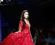 Karishma Kapoor Walks For Architha Narayanam At Lakme Fashion Week 2016