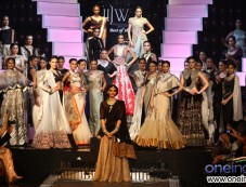 Sonam Kapoor with All the Models at IIJW 2012 Grand Finale Photos