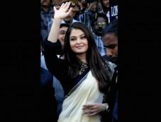 Aishwarya Rai Goes Desi At A Launch Photos
