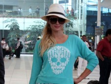 Paris Hilton spotted at Mumbai airport Photos