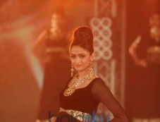 Model Posing at Bombay Bullion Associations Jewellery Show and Awards with jewellery Photos