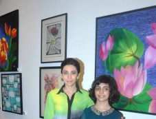 Bollywood actoress Karisma Kapoor with Vedika Kanchan at the Painting Exhibition Photos