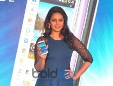 Huma Qureshi launches Samsung GALAXY Grand 2 Photos