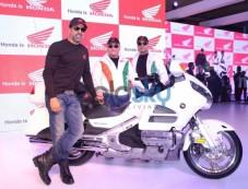 Akshay Kumar at Honda Stall during Auto Expo 2014 Photos