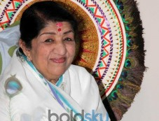 Lata Mangeshkar receives 1st Sathkalaratna Puraskar Photos