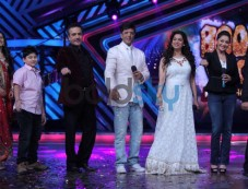 Madhuri Dixit and Juhi Chawla at Boogie Woogie show Photos