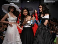Junelia Aguiar Chandler and Diana Penty at LFW SR 2014 Photos