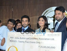 Shilpa Shetty Kundra launches Satyug Gold Photos