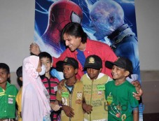 Vivek Oberoi with NGO Kids at special screening of Amazing Spiderman 2 Photos