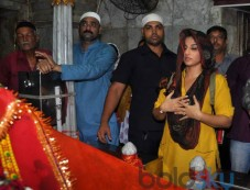 Vidya Balan prays at Mahim Dargah Photos