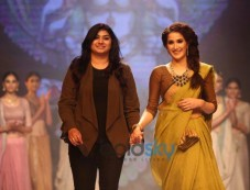 Sagarika Ghatge stuns at IIJW 2014 Photos