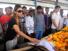 Aryan Khan & Gauri Khan At The Funeral Of Subhash Dad Photos
