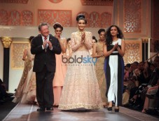 Kanishtha Dhankhar For Thai Gems And Jewelry Traders At IIJW 2015 Grand Finale Photos