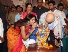 Shilpa Shetty Visits Andheri Cha Raja Photos