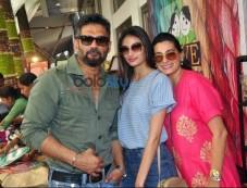 Athiya Shetty, Suniel Shetty & Mana Shetty At 'Araaish Exhibition' Photos