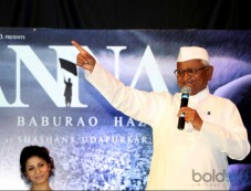 Anna Hazare And Tanishaa Mukerji During The Poster Launch Of Film Anna Photos