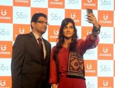 Kriti Sanon Unveils Gionee's Latest Mobile Phone Photos