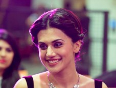 Taapsee Pannu At Phoenix Autumn Winter Fashion Show 2016 Photos