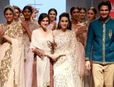 Karishma Kapoor In Rina Dhaka At Ambience Fashion Weekend Photos
