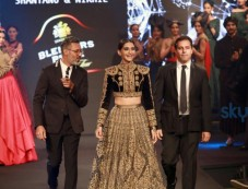 Sonam Kapoor Walking The Ramp For Shantanu And Nikhil Show At The Blenders Pride Fashion Tour 2016 Photos