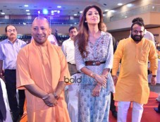 Shilpa Shetty With Uttar Pradesh Chief Minister Yogi Adityanath At SafaiGiri Awards, In Lucknow Photos