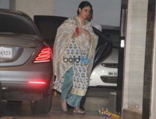 Kareena With Karishma Kapoor Spotted At Her Mother's House Photos