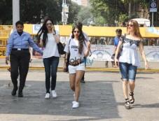 Gauri Khan, Shweta Bachchan Nanda And Others Snapped To Alibaug For SRK Birthday Photos