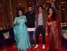 Vidya Balan And Manav Kaul On The Sets Of The Show Aunty Boli Lagao Boli Photos