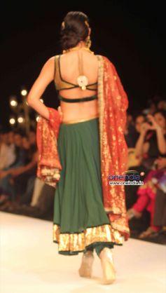 Sonal Chauhan Bare Back Show