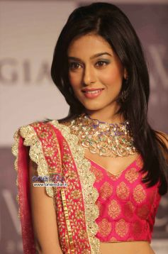 Amrita Rao walks the ramp for Agni Gold Jewels