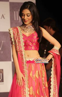 Amrita Rao walks the ramp at  IIJW 2012 Day 02