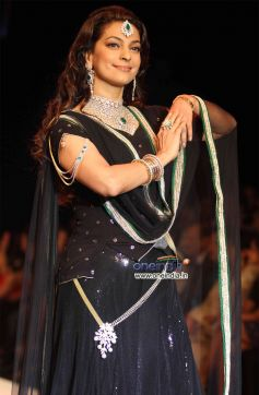 Juhi Chawla walks the ramp at IIJW 2012
