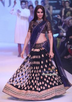 Bipasha Basu Walk the Ramp for Gitanjali's Nakshatra Show