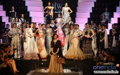 Sonam Kapoor with All the Models at IIJW 2012 Grand Finale