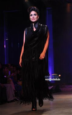 Kareena Kapoor Dazzles in Ramp Walk