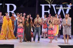 Ms. Dipali Goenka, MD and Vidyut Jamwal along with models
