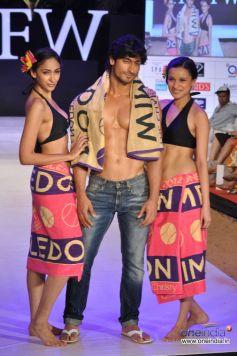 Vidyut Jamwal along with models