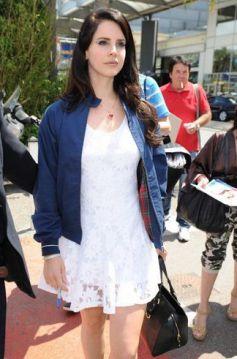 Isla Fisher ina white lace dress with black peep-toe heels