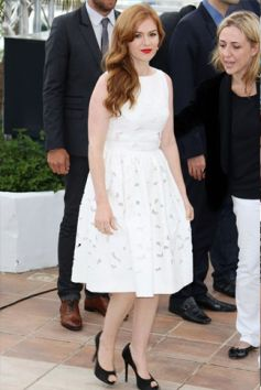 Isla Fisher ina white lace dress with black peep-toe heels