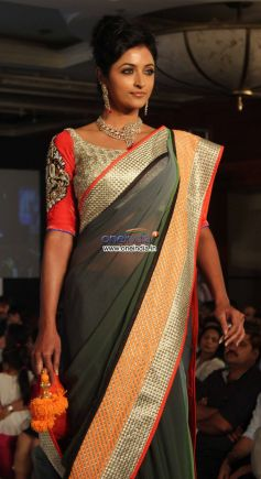 Genelia Dsouza walks the ramp for H V jewels