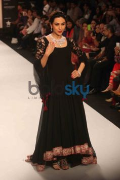 Karisma Kapoor Walks For Kays Jewels