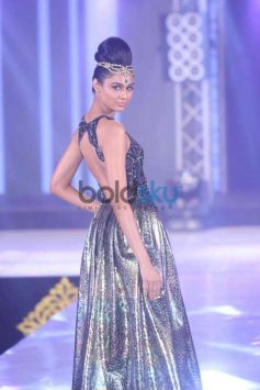 Bombay Bullion Associations Jewellery Show and Awards Model side pose to camera