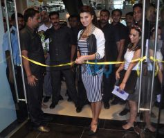 Jacqueline Fernandez cutting ribbon at Forever 21 Event