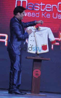 Kapil Sharma showing Finalist chef court on Junior MasterChef tv show