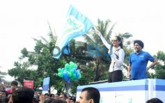 Sonam Kapoor waving flag Max Bupa Walk for Health