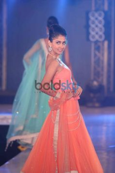 Model in orange outfit and jewelery Bombay Bullion Associations Jewellery Show and Awards
