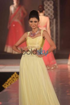 Model posing in light yellow costume at Bombay Bullion Associations Jewellery Show and Awards