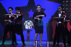 Sonakshi Sinha dancing with MJ 5 on Junior MasterChef tv show sets.
