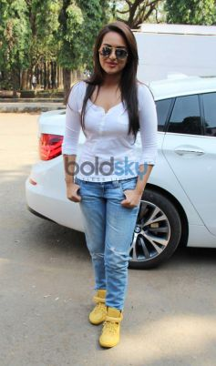Sonakshi Sinha pose after get down from car Smile on Wheels Events