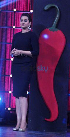 Sonakshi Sinha promotes her film R... Rajkumar on Junior MasterChef tv show sets.